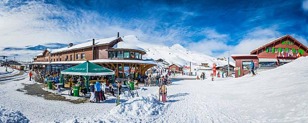 massen von skifahrer in kleine scheidegg winter resort alpen der schweiz - hotel bern stock-fotos und bilder