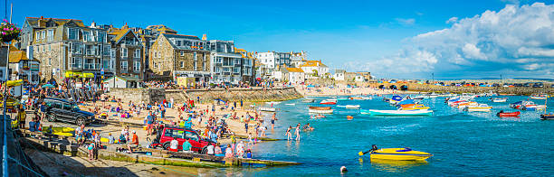 crowds of tourists on harbour beach panorama st ives cornwall - kindersport stock-fotos und bilder