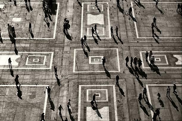 silhouetten und schatten in der stadt und umgebung - soziologie stock-fotos und bilder
