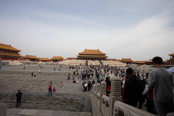 Menschenmassen warten in Innenräumen des Palace Museum, Verbotene Stadt Peking – Foto