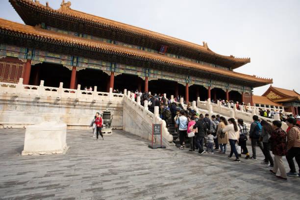 Massen warten geduldig in Innenbereichen des Palastmuseums Verbotene Stadt Peking – Foto