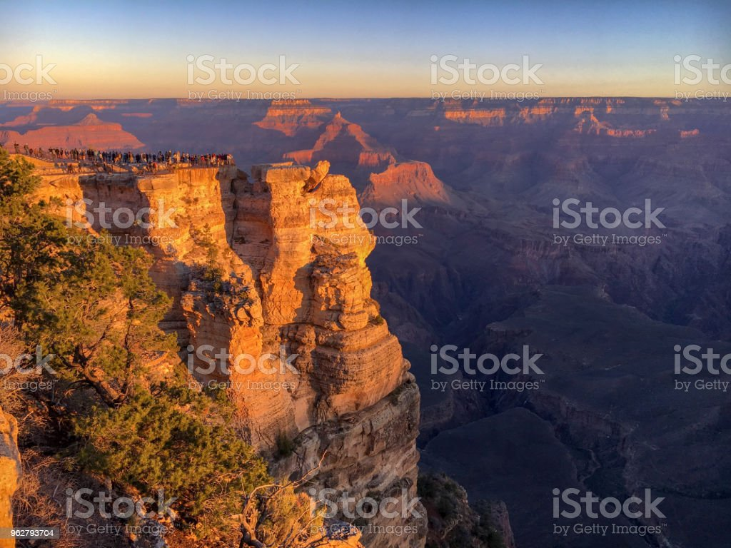 Crowed Mather Point at Grand Canyon sunrise - Foto stock royalty-free di Affollato