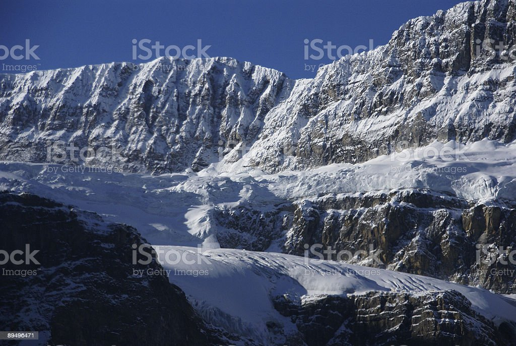 Crowfoot Mountain,hanging glacier royaltyfri bildbanksbilder