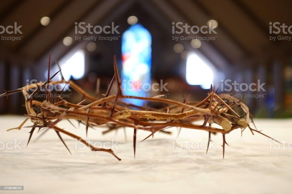 Coroa de espinhos na igreja com vitrais - foto de acervo