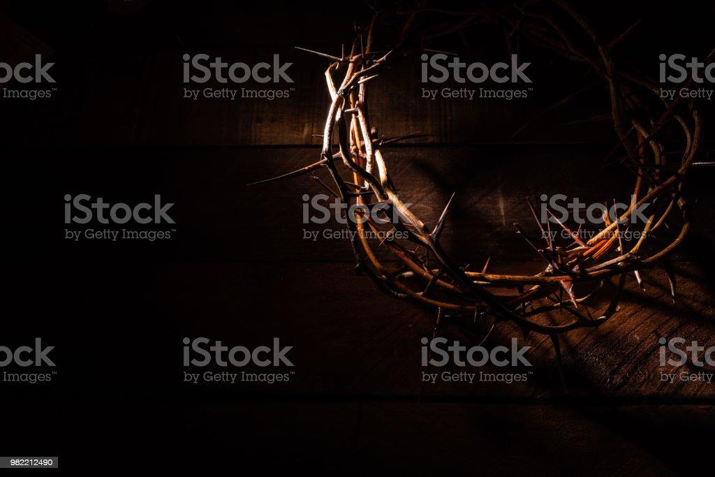 Een kroon van doornen op een houten achtergrond. Pasen thema - Royalty-free Achtergrond - Thema Stockfoto