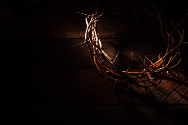 une couronne d'épines sur un fond en bois. thème de pâques - jesus croix photos et images de collection