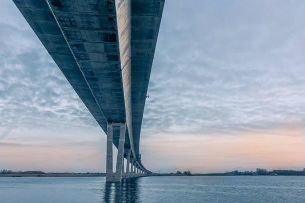 roskilde firth üzerinde bükme crown princess marys köprüsü - bridge stok fotoğraflar ve resimler