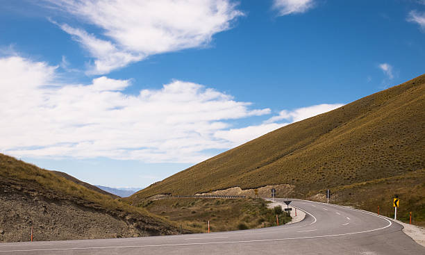 Crown Range Curve New Zealand's Crown Range Road, curving away into a valley apostrophe stock pictures, royalty-free photos & images