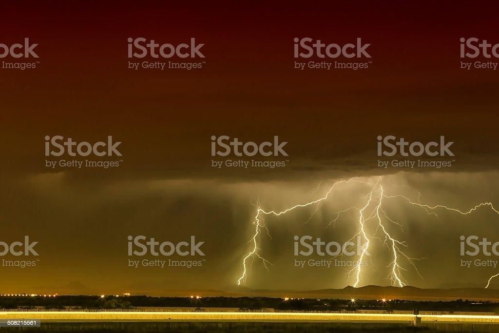 Crépuscule orageux traversé par de nombreux éclairs - paysage de...