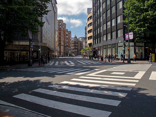cruce en 「gran via de ビルバオます。 ビズカヤます。 スペイン - マドリード グランヴィア通り ストックフォトと画像
