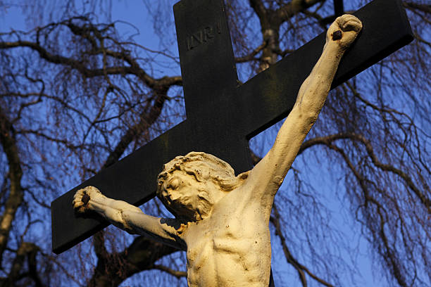 kruzifix in luegde (kilianskirche) - messias stock-fotos und bilder