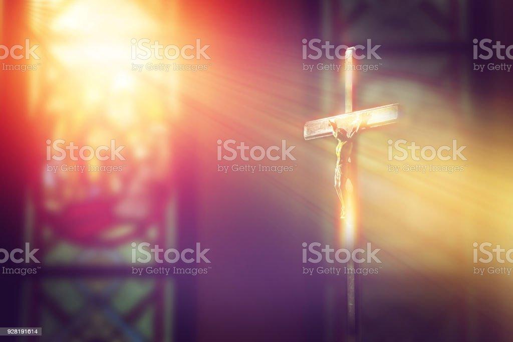 crucifix, Jésus sur la Croix dans l'église avec le rayon de lumière de vitraux - Photo