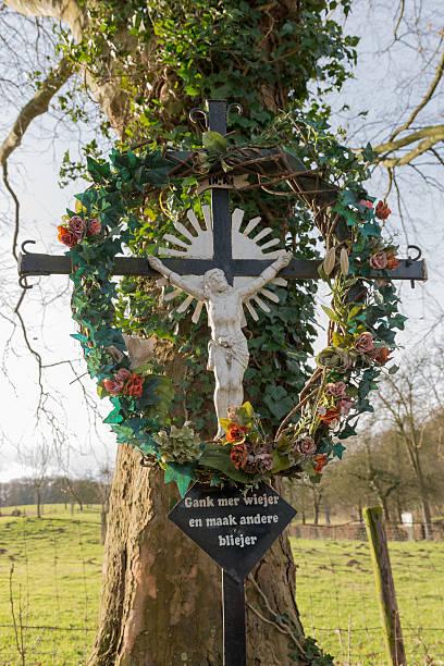 kruzifix mit garland - messias stock-fotos und bilder
