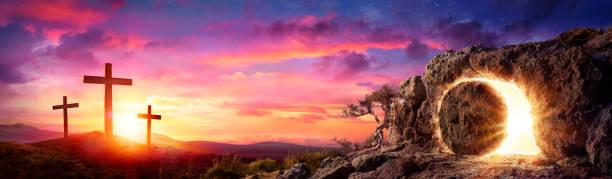 kruisiging bij zonsopgang - graftombe stockfoto's en -beelden