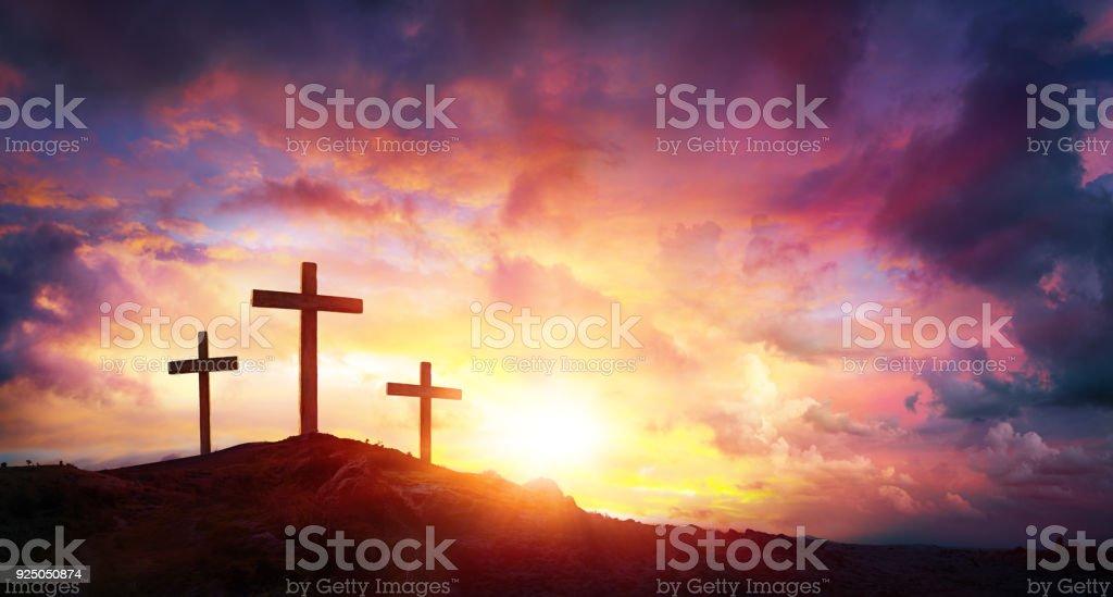 Kreuzigung von Jesus Christus bei Sonnenaufgang - drei Kreuze auf Hügel – Foto