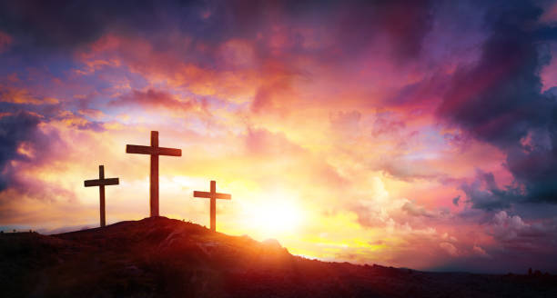crucifixion of jesus christ  at sunrise - three crosses on hill - easter imagens e fotografias de stock