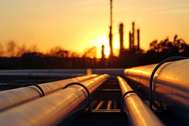 crude oil refinery during sunset with pipeline conection - foto stock