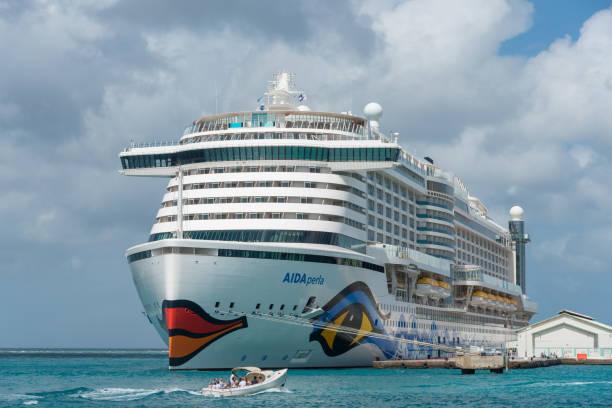 Kreuzfahrt Aida Perla eine der modernsten im Hafen von Aruba. – Foto