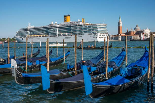Crucero y las góndolas en Venecia - foto de stock