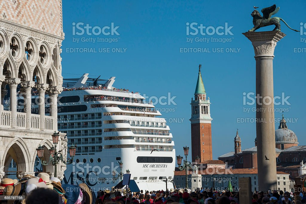 Cruise and Piazza San Marco in Venice - foto de stock