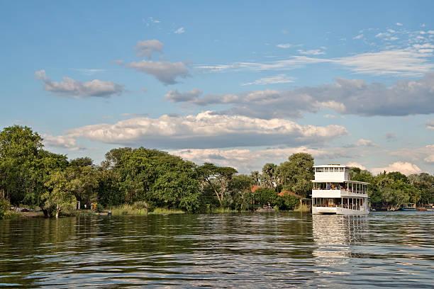 kreuzfahrt auf dem fluss zambeze, sambia - fluss sambesi stock-fotos und bilder