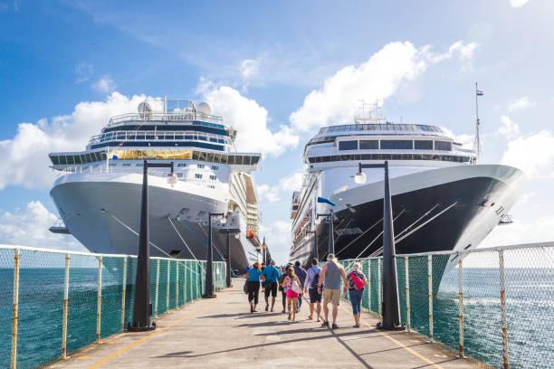 cruise passagiers terugkeer naar cruise schepen - instappen stockfoto's en -beelden