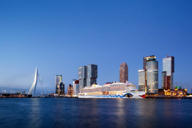 Cruiseschip Aida Perla moored in Rotterdam in de schemering foto