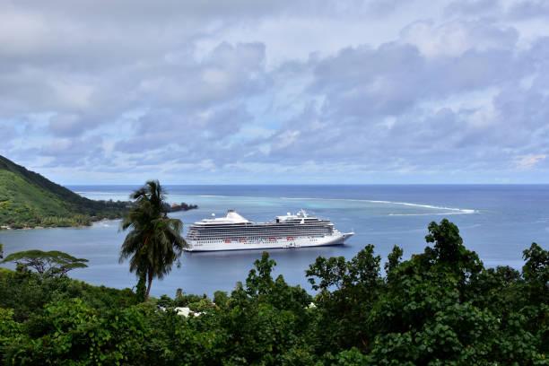 Kreuzfahrtschiff im Hafen verankert – Foto