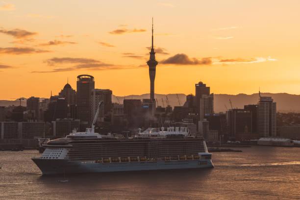 Crucero y Sky Tower de Auckland - foto de stock