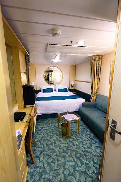kreuzfahrt schiff kabine mit queen-size-bett - nautisches schlafzimmer stock-fotos und bilder