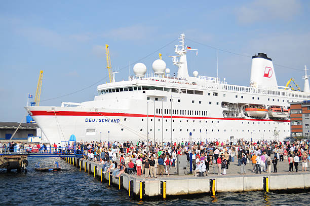 kreuzfahrtschiff deutschland am alten holz hafen von wismar (deutschland - das traumschiff stock-fotos und bilder