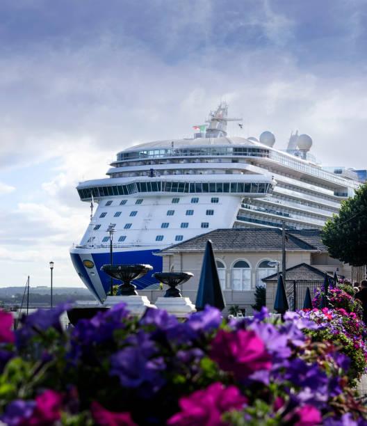 Kreuzfahrtschiff in Cobh Port, Irland – Foto