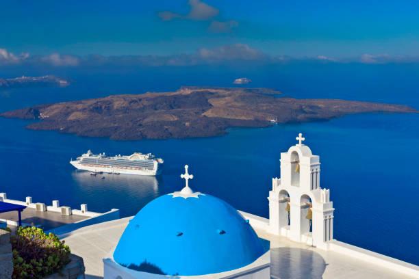 Kreuzfahrtschiff in Santorini mit Kirchturm, Griechenland – Foto