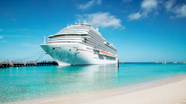 cruise schip afgemeerd aan grand turk eiland, de cariben - aangemeerd stockfoto's en -beelden