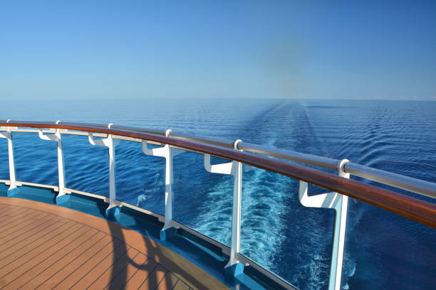 cruise gemi stern - gemi seyahatı stok fotoğraflar ve resimler