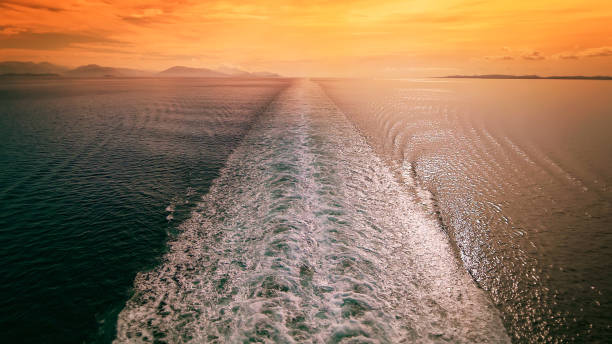 cruise ship wake in mediterranean sea at sunset - travel vacation - cruise foto e immagini stock