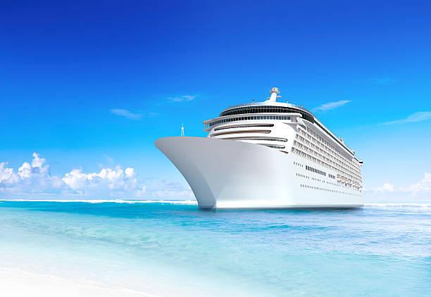 crociera nave con meravigliosi spiaggia tropicale - nave foto e immagini stock