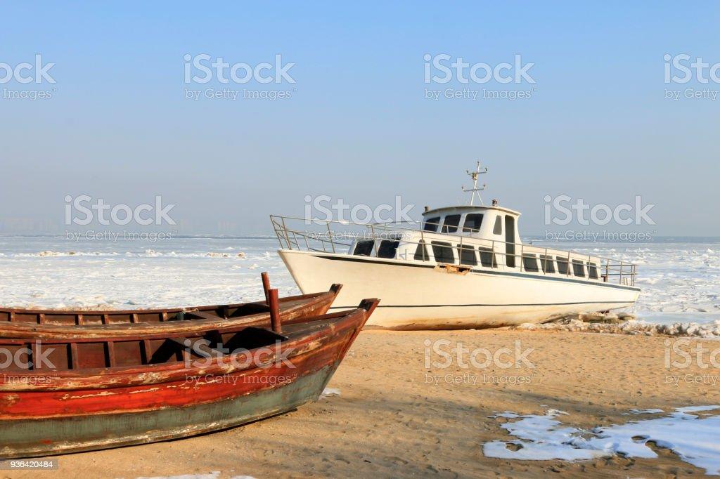 Kreuzfahrtschiffe und Holzboote am Strand – Foto