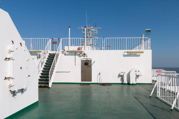 schiffsdeck-kreuzfahrt - terrassen deck design stock-fotos und bilder