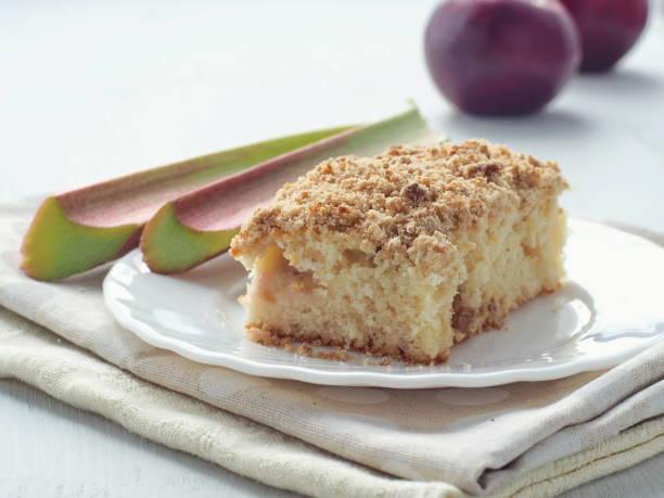 streusel-kuchen mit frischen rhabarber stängel und roten äpfeln dekoriert. hausgemachte pudding. - crumble deutsch stock-fotos und bilder