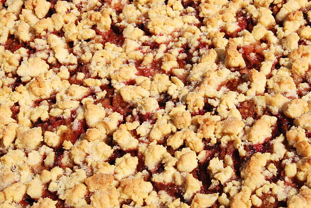 crumble kuchen mit pflaumen - tarte und törtchen stock-fotos und bilder