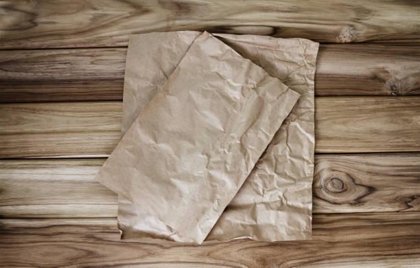 Zerbröckelt, Kochen oder Backen Papier Blatt Platz auf Holztisch – Foto