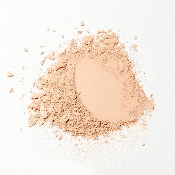 crumbled natural powder on white background - gezichtspoeder stockfoto's en -beelden