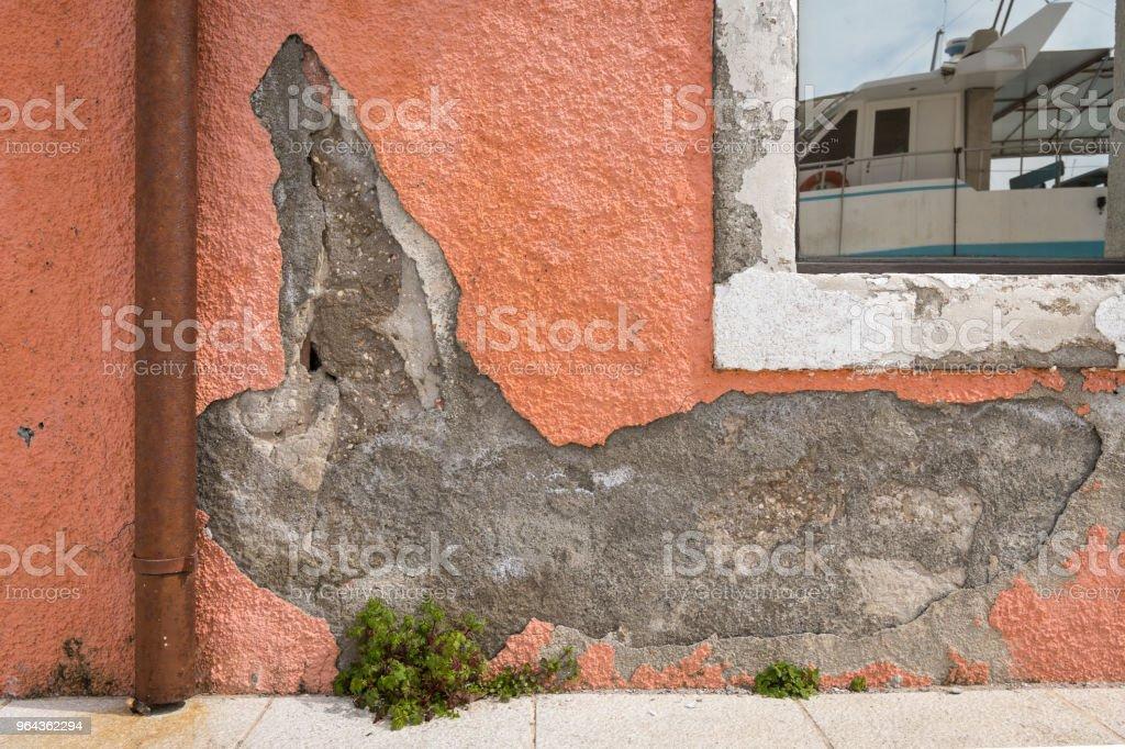 Crumbled gips van een oranje muur, reflectie van een boot in het venster - Royalty-free Abstract Stockfoto