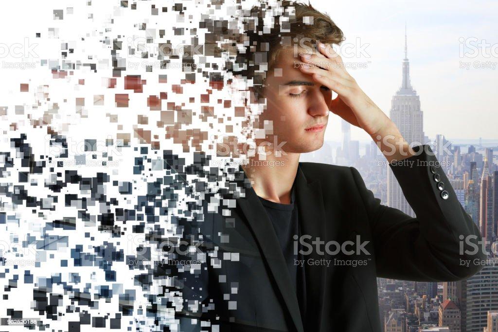 Retrato de homem pensativo em ruínas - Foto de stock de Adulto royalty-free