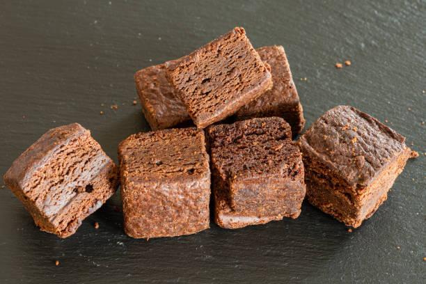 crumbly chocolate brownies - schokoladen biskuitkuchen stock-fotos und bilder