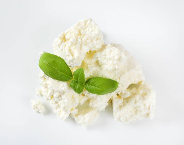 krümelige weiße käse - ricotta stock-fotos und bilder