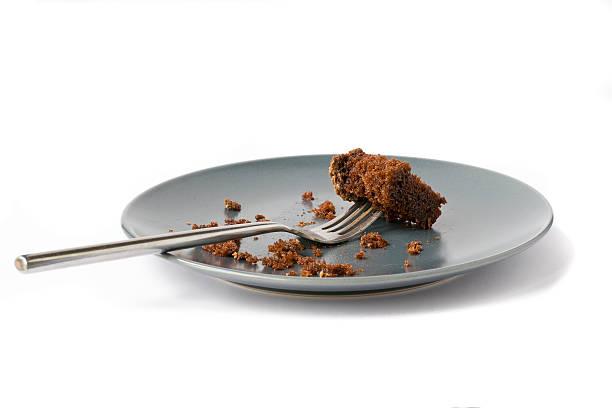 crumbs of chocolate cake - tallrik uppätet bildbanksfoton och bilder