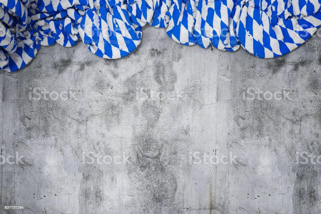 zerknitterte Fahne mit bayerischen Farben weiß und blau auf leere Betonwand – Foto