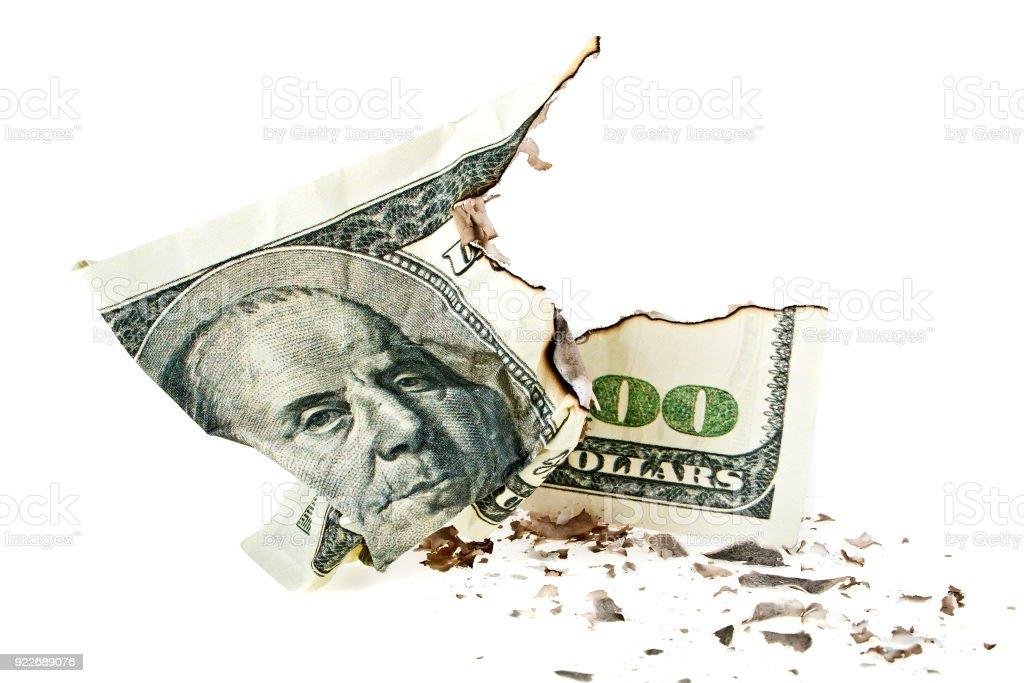 Amassado nota de cem dólares no fundo branco - foto de acervo